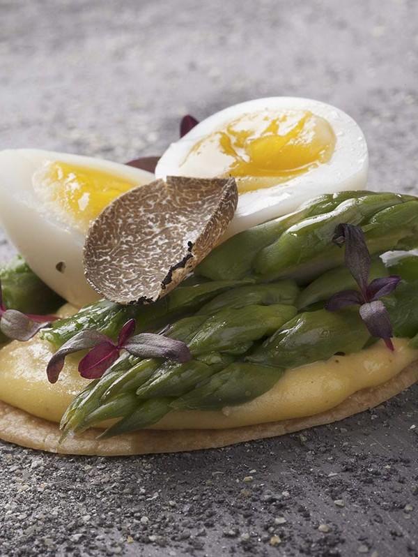 Parè con uova di quaglia e asparagi alla milanese, versione finger