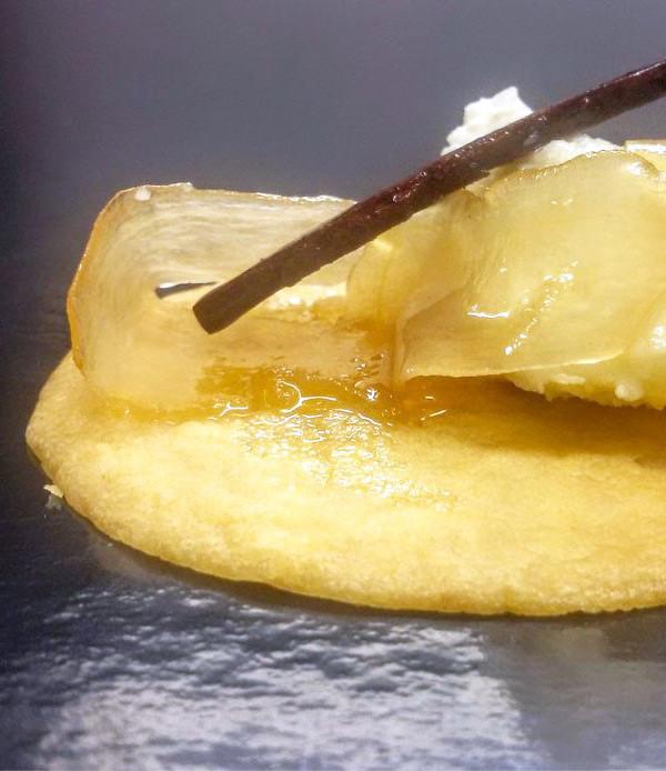 Parè alla crema di formaggio con pere al vino bianco e zenzero