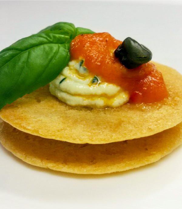 Parè con ricotta al basilico e vellutata di peperone